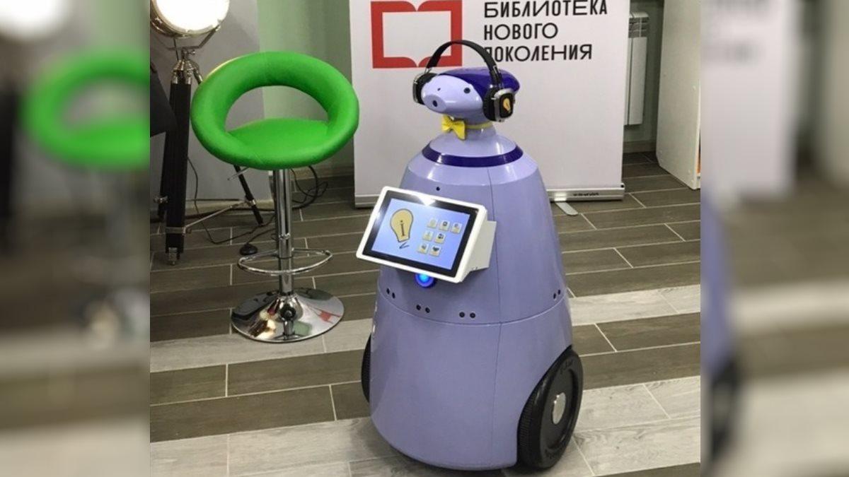 На Ямале в библиотеке робот Фёдор развлекает гостей