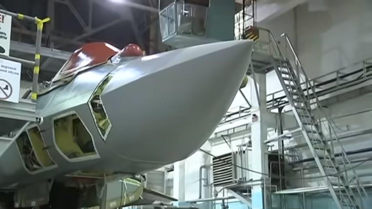 Опубликовано видео сборки первого серийного истребителя Су-57