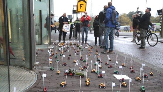 Игрушечные тракторы заблокировали минобразования Нидерландов