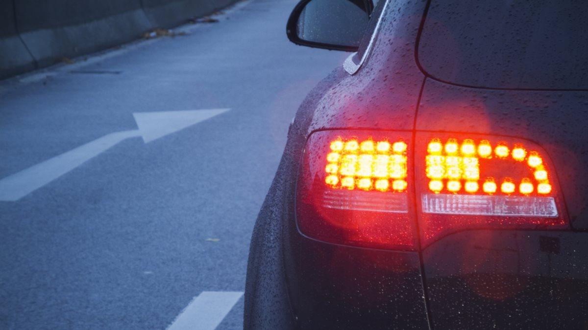 Эксперты объяснили необходимость торможения на пустой дороге