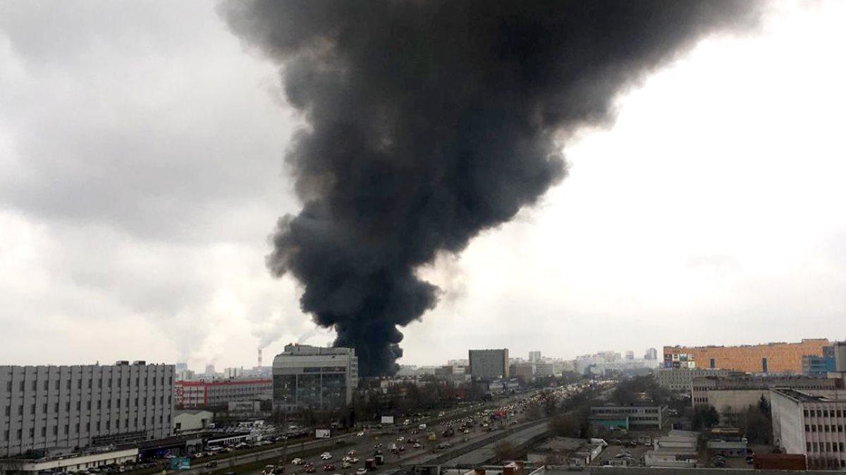 Крупный пожар произошел на складе тканей в Чертаново