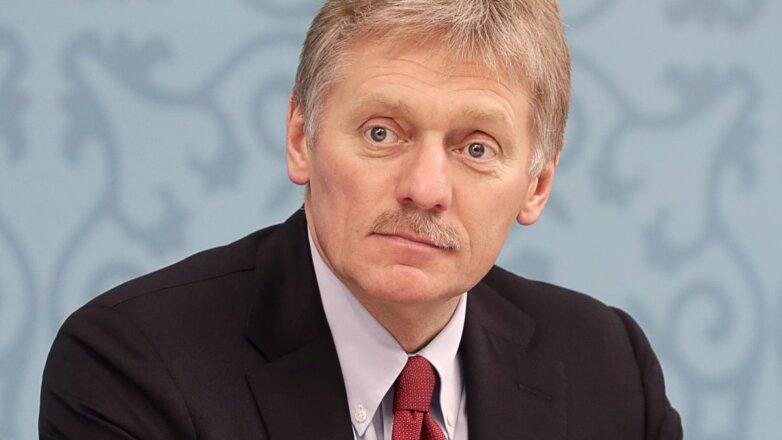 Пресс-секретарь президента России Дмитрий Песков серый фон
