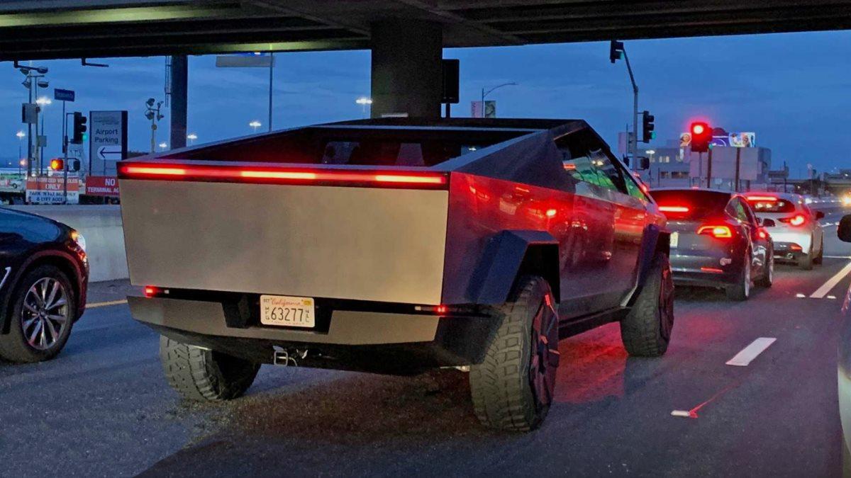 Опубликованы фото с первых дорожных испытаний Tesla Cybertruck