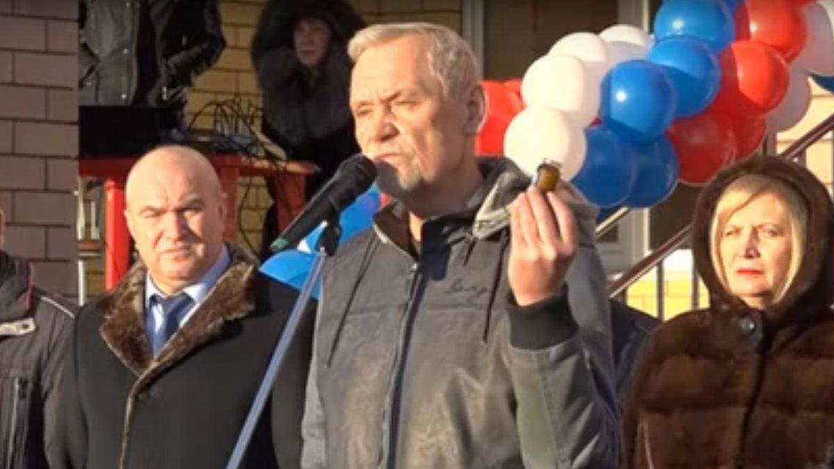 Депутат Госдумы на открытии школы вручил чиновникам банку вазелина