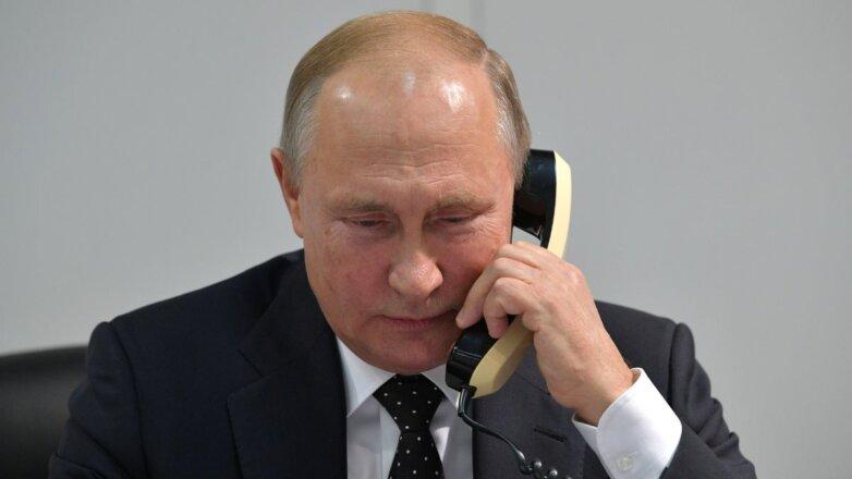 Владимир Путин говорит по телефону серый фон