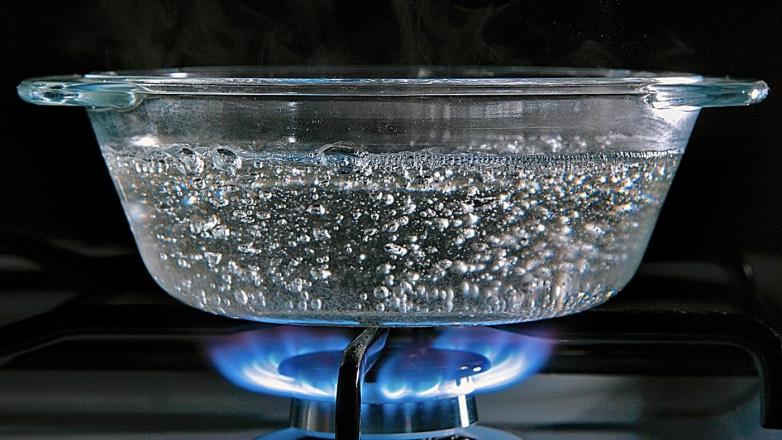 Медики рассказали об опасности повторного кипячения воды