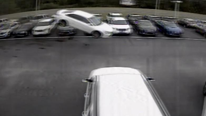 Видео полета Toyota Camry на парковке опубликовали в сети