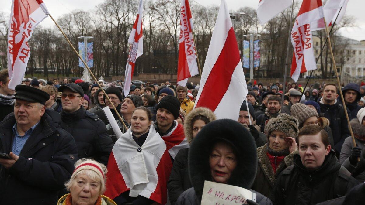 Минские оппозиционеры направились к посольству РФ с протестами против интеграции