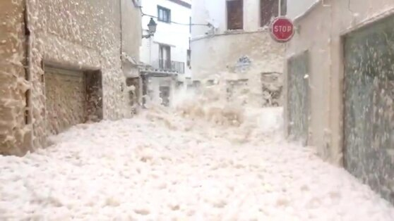 Испанское побережье затопило морской пеной