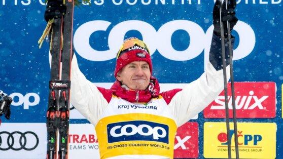 Большунов выиграл золото на этапе Кубка мира по лыжам в Чехии