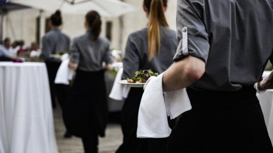 Назван средний заработок официантов в Москве