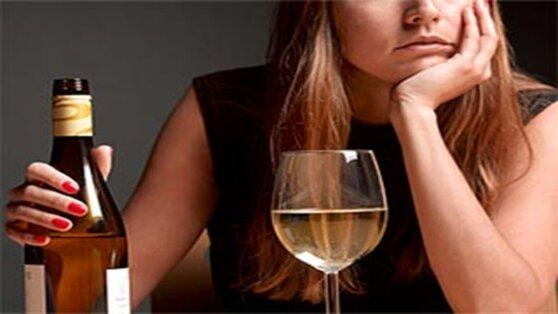 Нарколог назвал причины быстрого опьянения у женщин