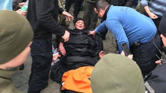 В Киеве мужчина пытался сжечь себя у офиса Зеленского