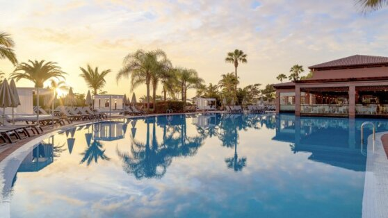 Свыше 100 туристов покинут закрытый из-за коронавируса отель на Канарах