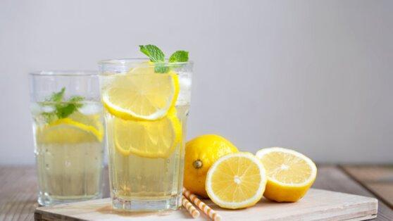 Названы плюсы использования воды с лимоном натощак