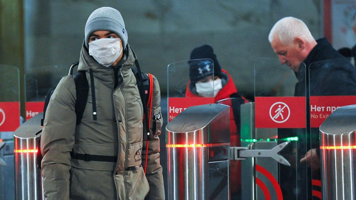 Маски Коронавирус COVID-19 Молодой человек в маске в метро