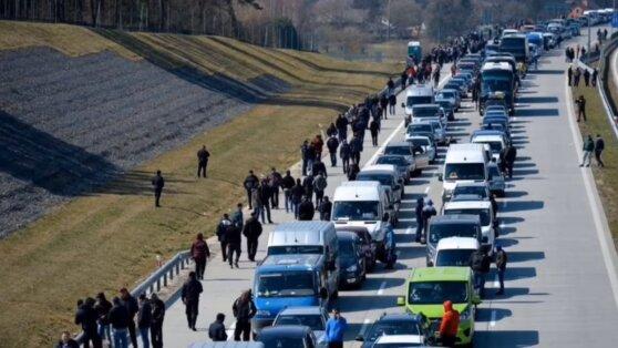 Появилось видео километровых очередей на украинско-польской границе