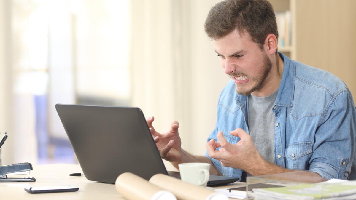 Злой пользователь ноутбук критическая ошибка компьютерный вирус