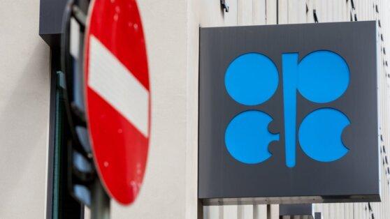 Страны ОПЕК+ решили продлить соглашение о сокращении нефтедобычи