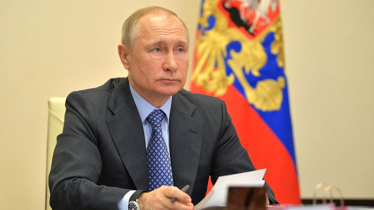 Владимир Путин с бумагами один