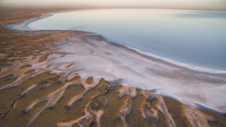 Берег солёного озера