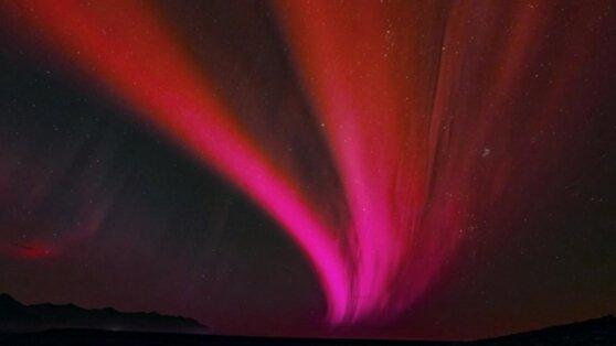Ученые раскрыли секрет «красного веера» над японским небом
