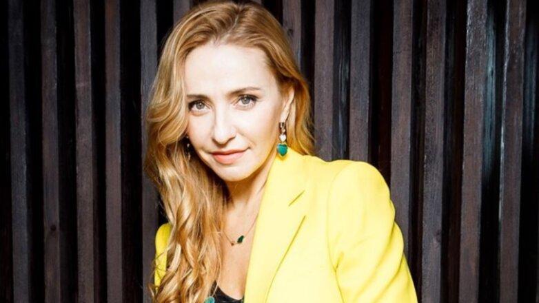 Татьяна Навка в жёлтом
