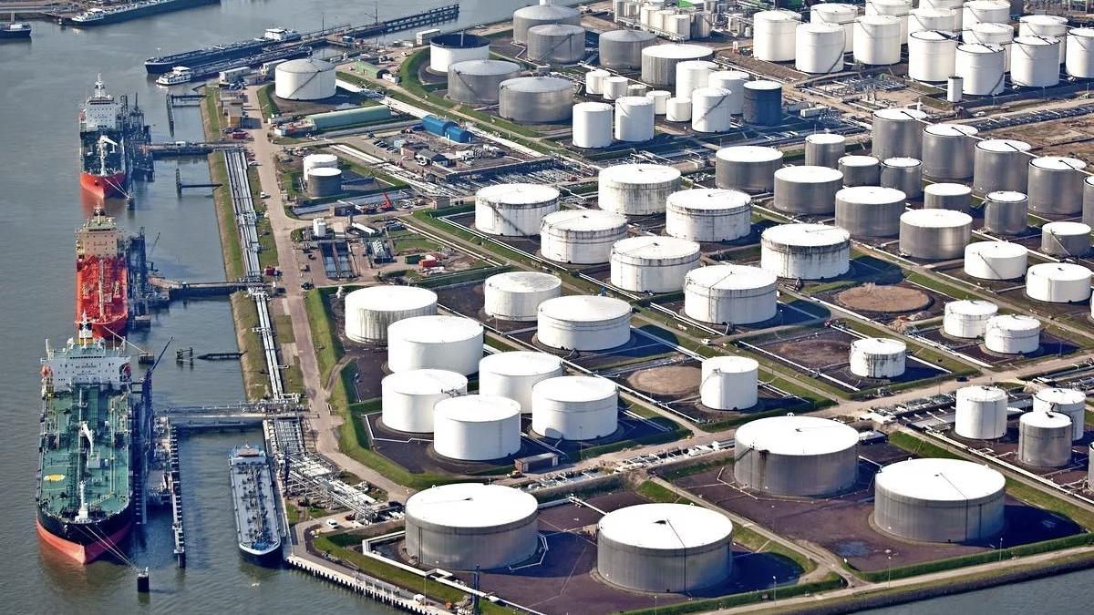 нефтехранилище и танкеры
