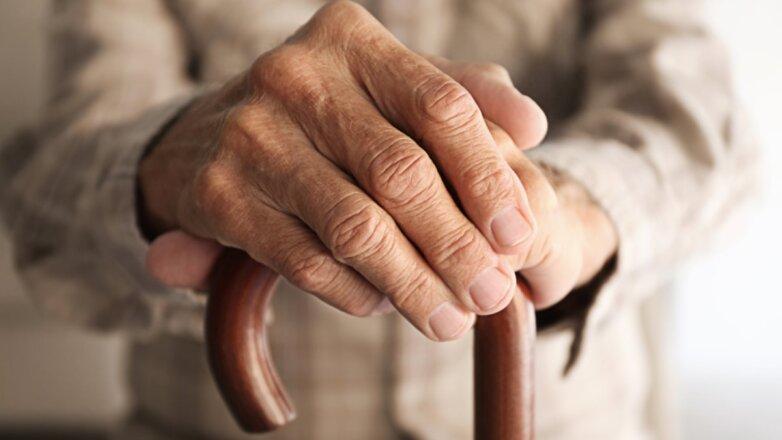 Старик пожилой дедушка малоподвижный