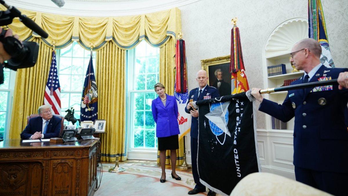 Президент США Дональд Трамп во время церемонии представления нового флага Космических сил США