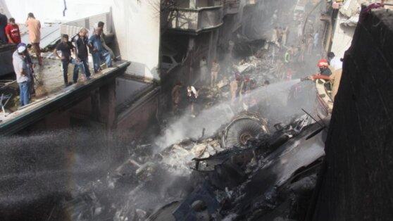На месте крушения самолета в Пакистане нашли живого младенца