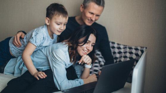 Первые семьи получили единовременные пособия на детей