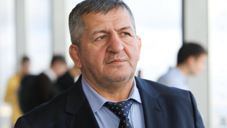 Тренер Абдулманап Нурмагомедов в костюме