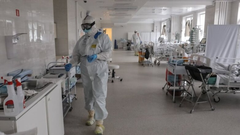 Коронавирус Больница просторная палата врачи больные пациенты один