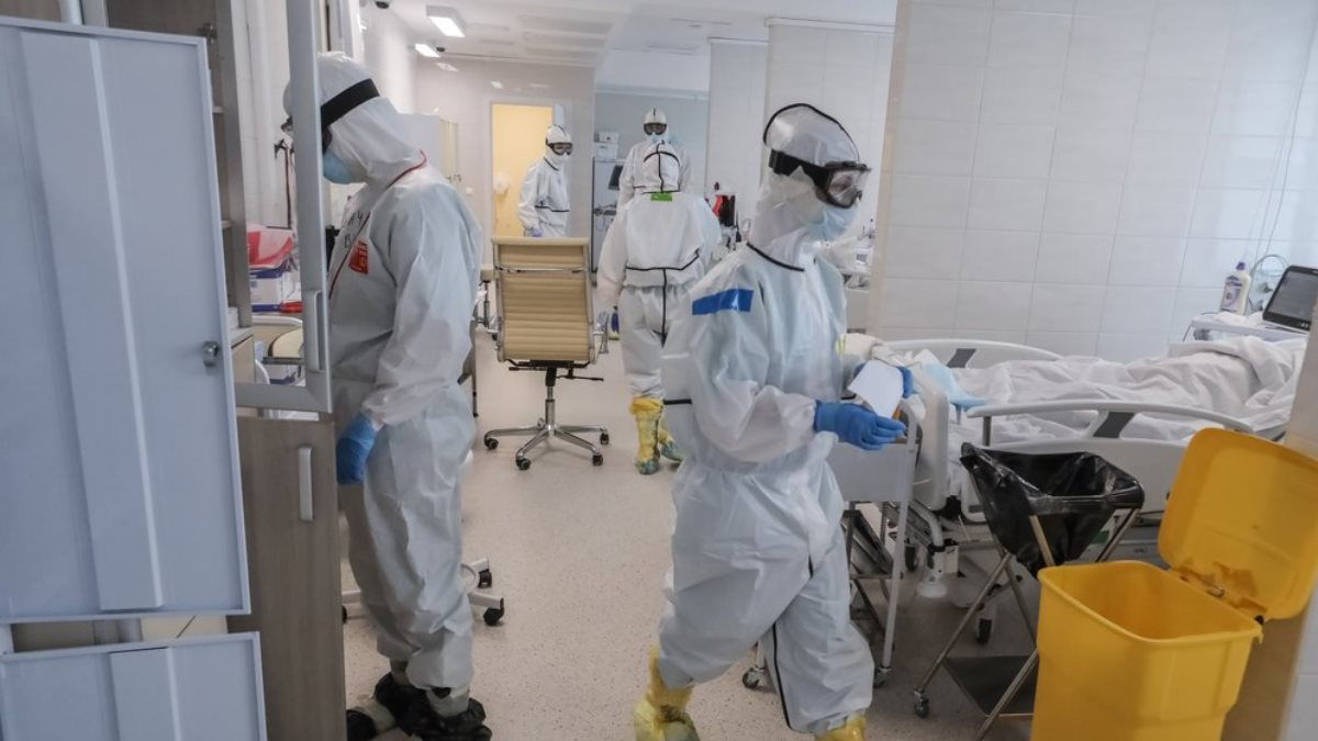 Коронавирус Больница палата врачи спецодежда один