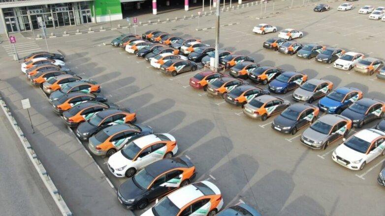 Автомобили каршеринга Делимобиль на стоянке торгового центра