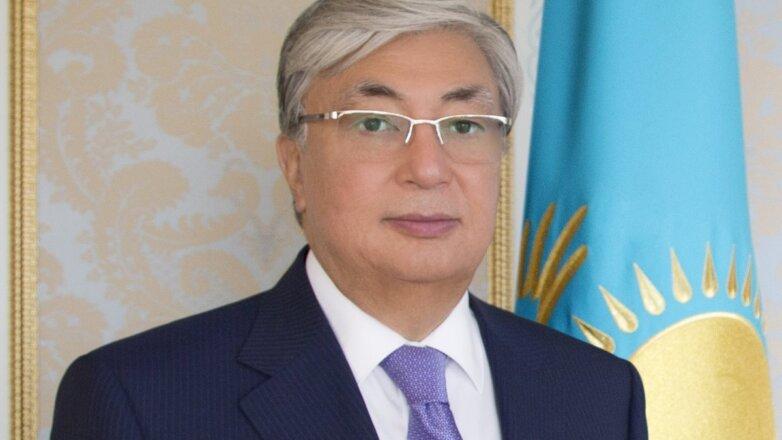Президент Казахстана Касым-Жомарт Токаев на фоне флага