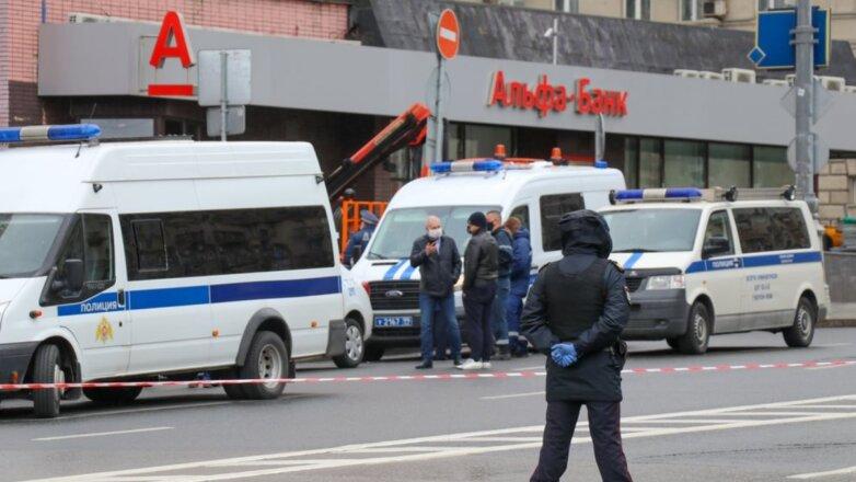 Полиция у отделения Альфа-банка где мужчина захватил заложников