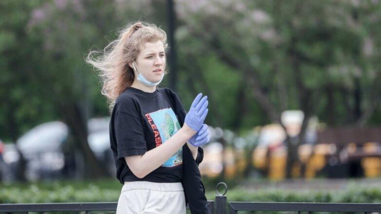 Прогулка коронавирус маска перчатки улица девушка