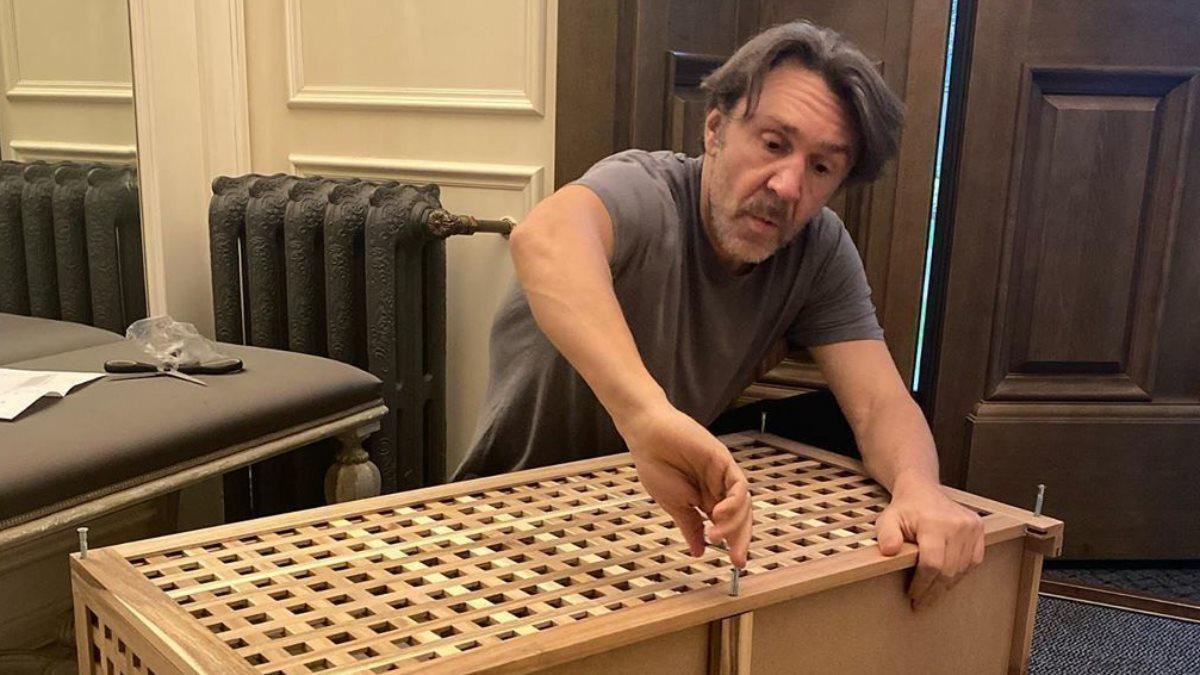 Сергей Шнуров собирает мебель