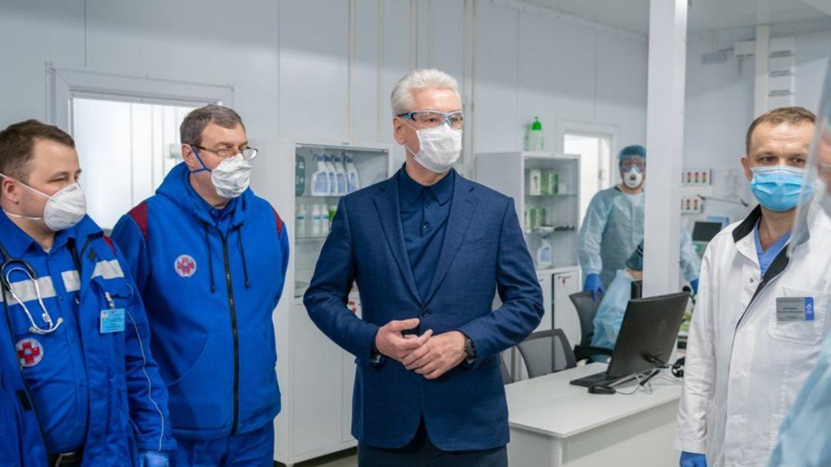 Мэр Москвы Сергей Собянин и врачи