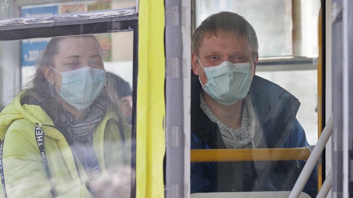 Коронавирус наземный общественный транспорт маски