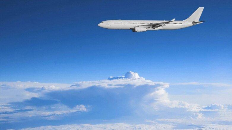самолет в небе над облаками