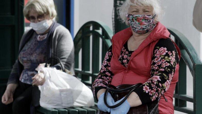 пожилые женщины в масках
