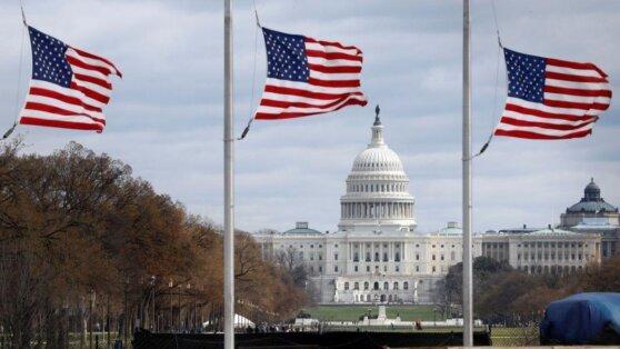 Перед зданием конгресса США собрались сотни протестующих