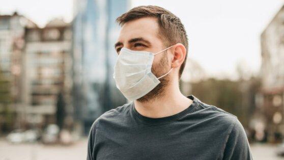Иммунолог оценил влияние предстоящей жаркой погоды на коронавирус