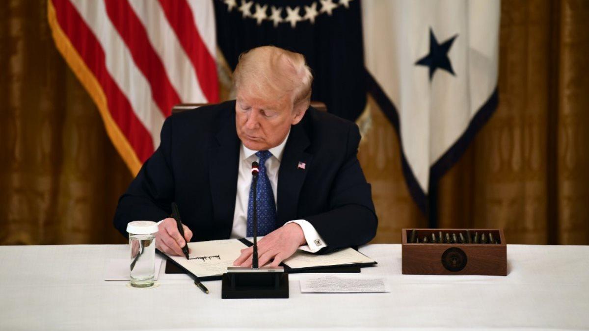 Президент США Дональд Трамп подписывает подписал пишет указ приказ документ