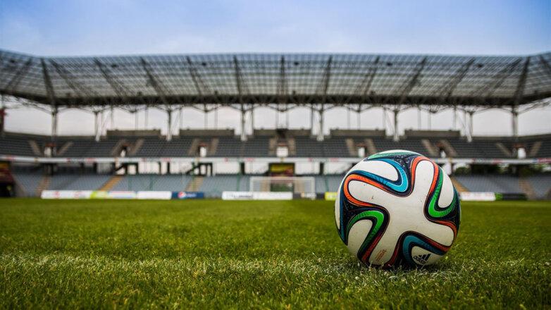 Футбольный мяч поле