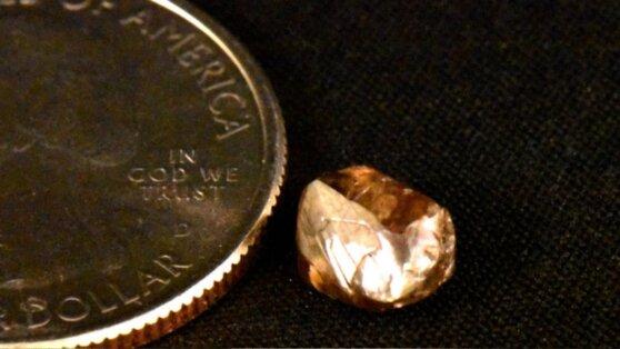 Пенсионерка во время прогулки нашла крупный алмаз