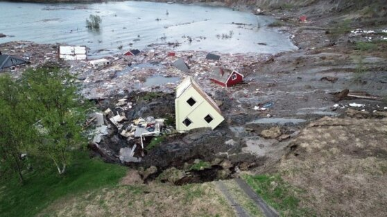 Видео: оползень отнес в море жилой поселок